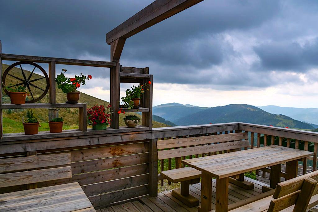 Schöne Walderhütte - Terrasse mit fantastischem Ausblick - HüttenKult in den Wöllaner Nockbergen - Kärnten, Österreich