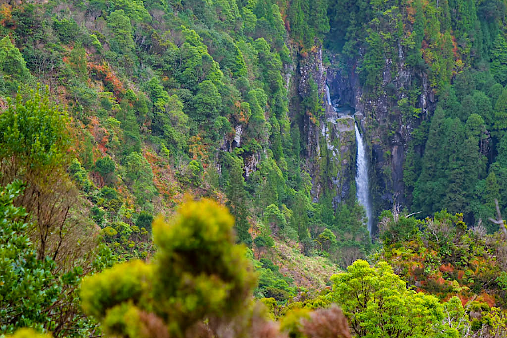Atemberaubend schöner Ausblick auf die Wasserfälle im Vale das Lombadas - Sao Miguel, Azoren