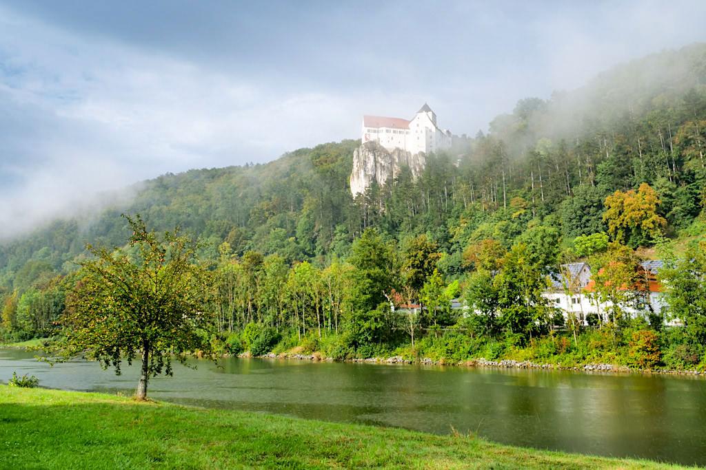 Ausblick auf das Altmühltal in Nebelschwaden gehüllt & Main-Donau-Kanal bei Schloss Prunn - Bayern