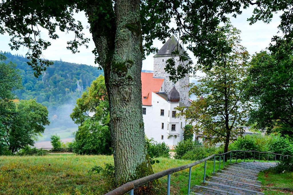 Burg Prunn - Abstieg vom Parkplatz zum Schloss - Altmühltal, Bayern