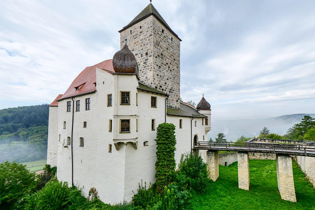 Burg Prunn - ein großer Burggraben zieht sich rings um die Burg - Altmühltal, Bayern