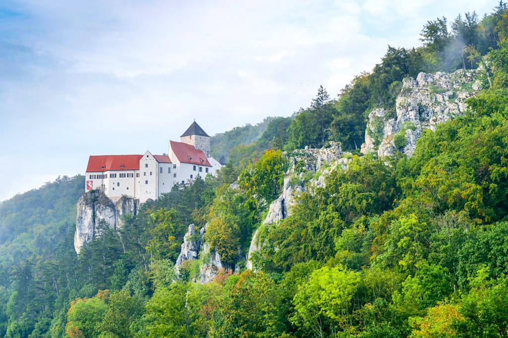 Burg Prunn thront majestätisch auf 70m hohen Riff-Kalkfelsen - Altmühltal Highlight auf der Altmühltal Klamm Wanderung - Bayern