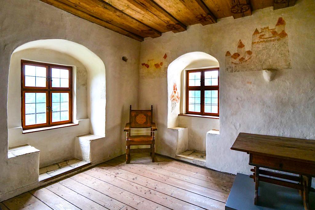 Burg Prunn - renovierter Wohnturm mit tollen Wandermalereien aus dem 15. Jahrhundert - Altmühltal, Bayern