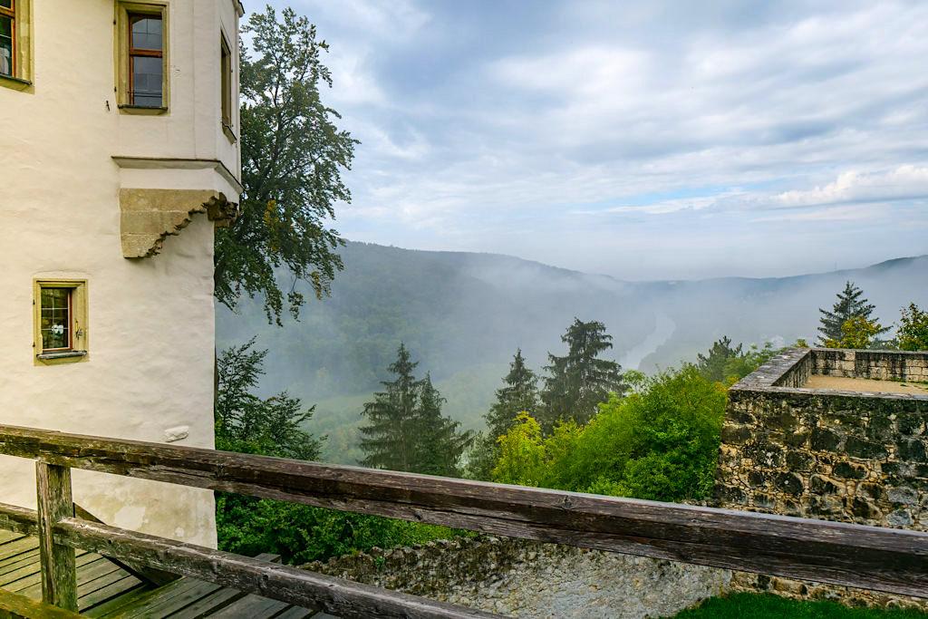 Burg Prunn - Zugbrücke mit Ausblick über das Altmühltal - Bayern