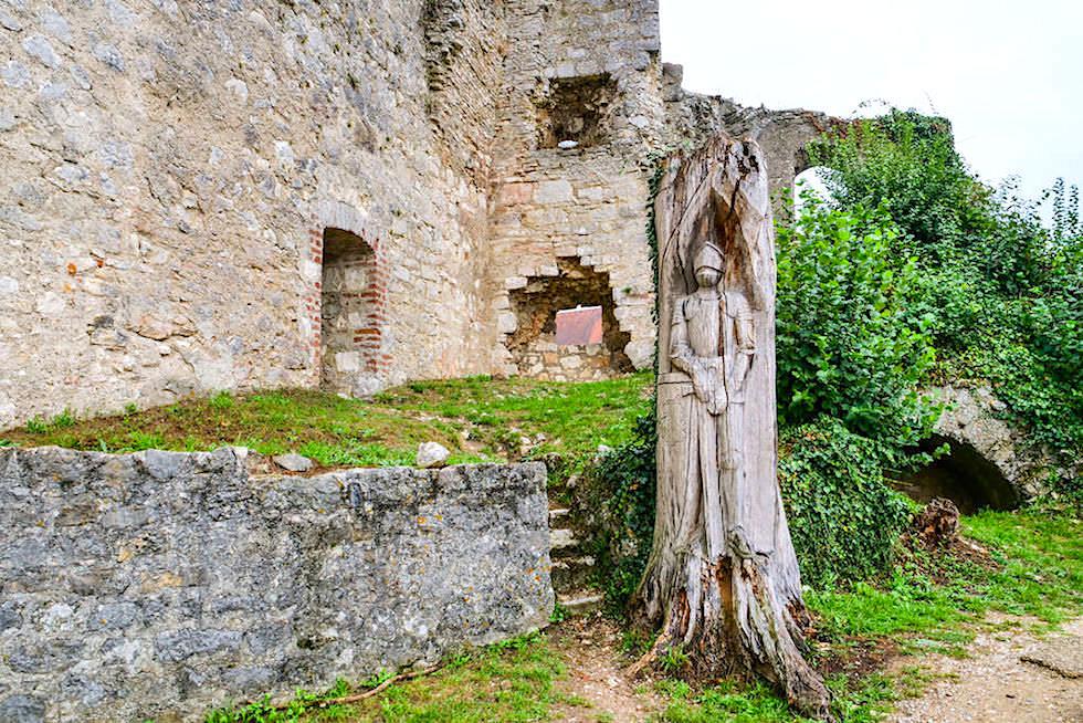 Burgruine Randeck - Innenhof mit Baumstatue der Raubritter - Altmühltal, Bayern