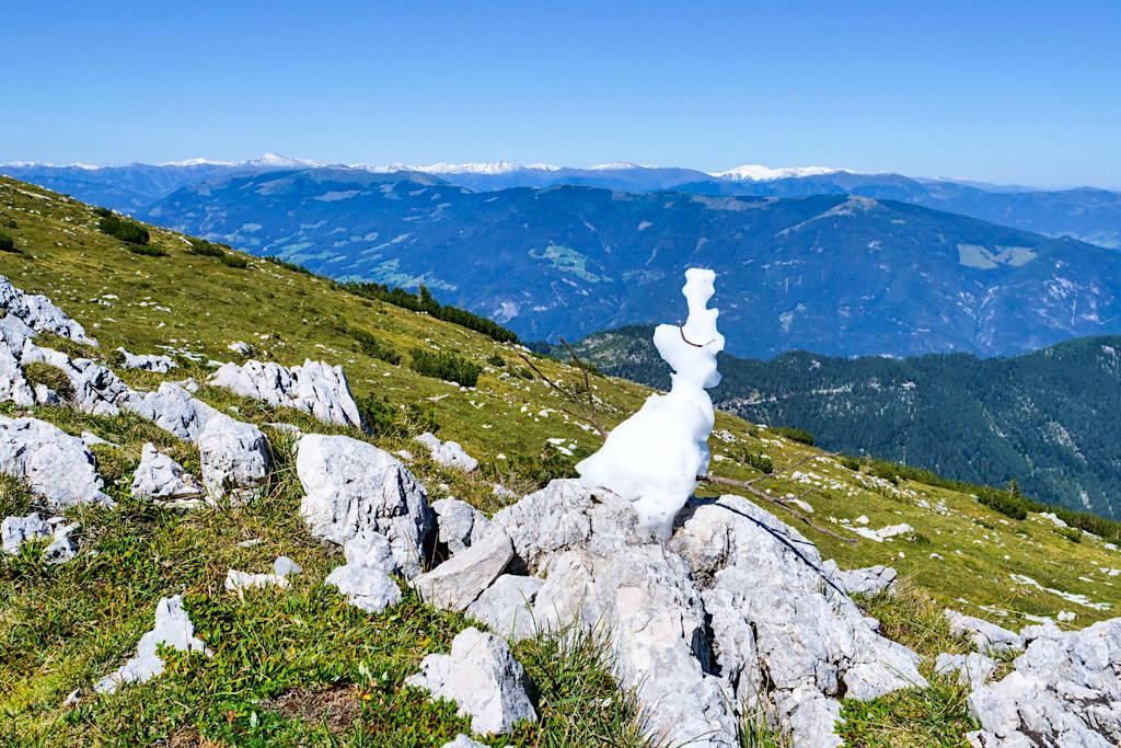 Dobratsch Wanderung auf dem Panoramaweg - Ausblick auf die Gailtaler Alpen - Kärnten, Österreich