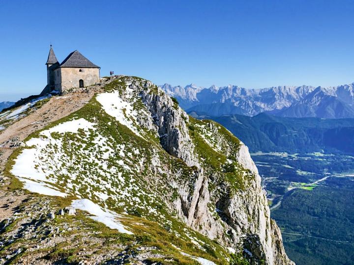 Dobratsch Gipfel - Deutsche Kirche Maria am Stein & die faszinierende Bergkulisse mit Julischen Alpen und Karawanken - Kärnten, Österreich