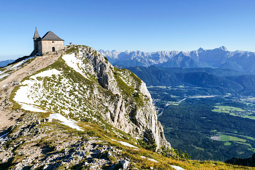 Dobratsch Gipfel - Deutsche Kirche Maria am Stein: beliebtes Fotomotiv vor imposanter Bergkulisse - Kärnten, Österreich