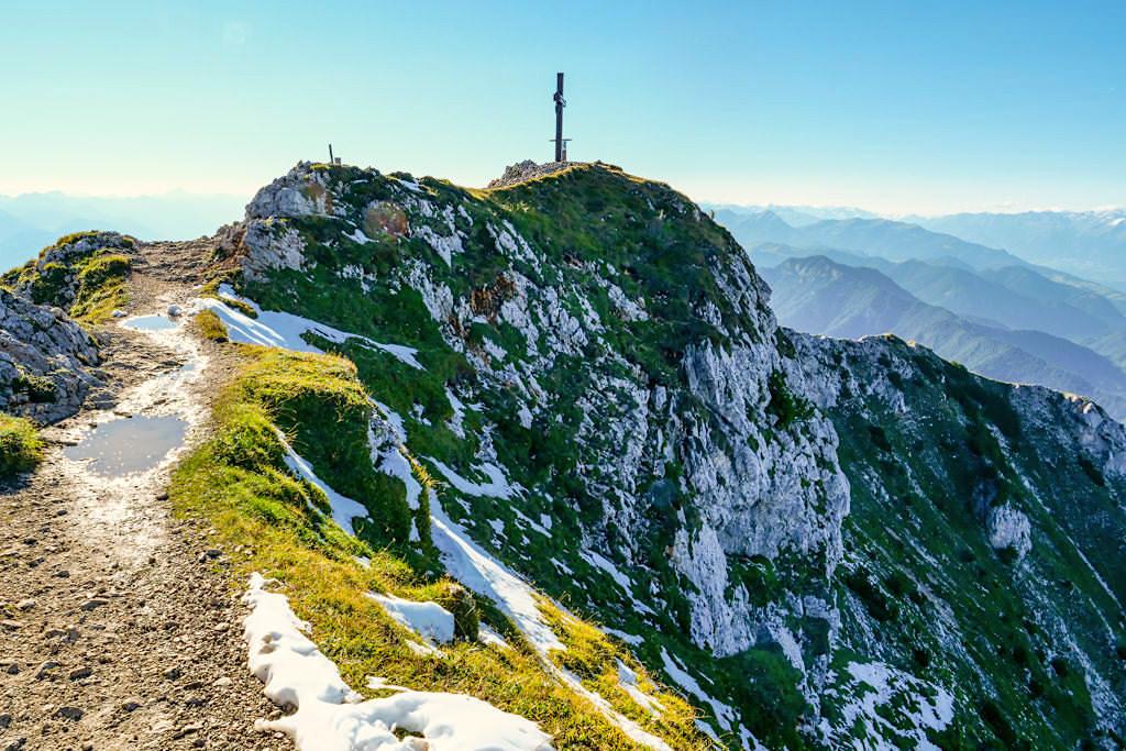 Dobratsch: schmaler Gipfelgrat führt zum Gipfelkreuz - Kärnten, Österreich