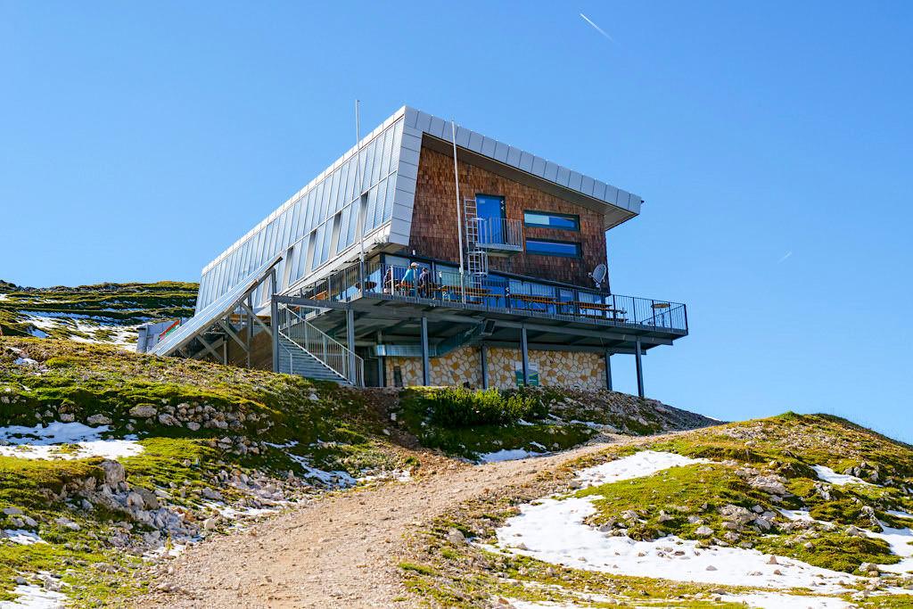 Dobratsch Gipfelhaus mit Restaurantbetrieb & Übernachtungen sind möglich - Kärnten, Österreich