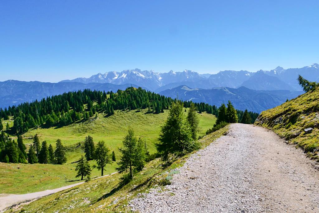 Dobratsch Wanderung auf dem Panoramaweg: grandiose Ausblicke in umliegenden Gebirgsketten - Kärnten, Österreich