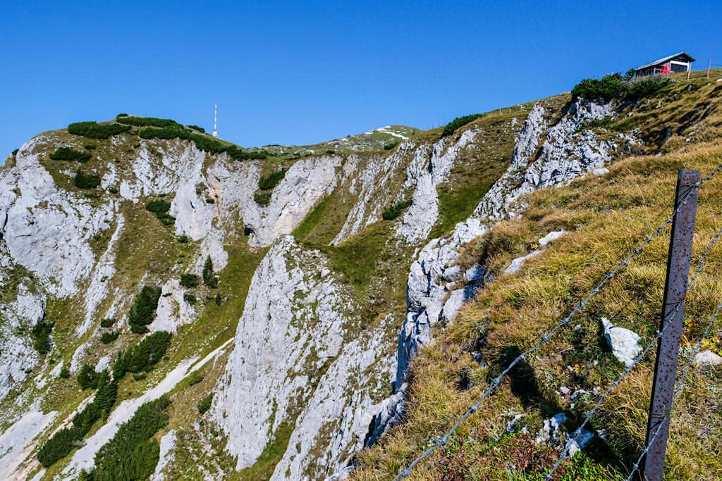 Dobratsch Almwiesen-Wanderung führt oberhalb der Jägersteig Abbruchkante mit spektakulären Ausblicken entlang - Kärnten, Österreich