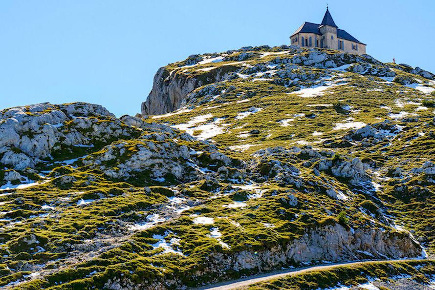 Dobratsch Normalweg Wanderung - Ausblick auf die Deutsche Kirche Maria am Stein - Kärnten, Österreich