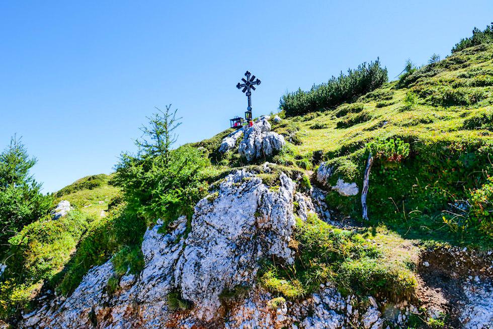 Dobratsch Wanderung auf dem Normalweg - Kreuz am Wegesrand - Kärnten, Österreich