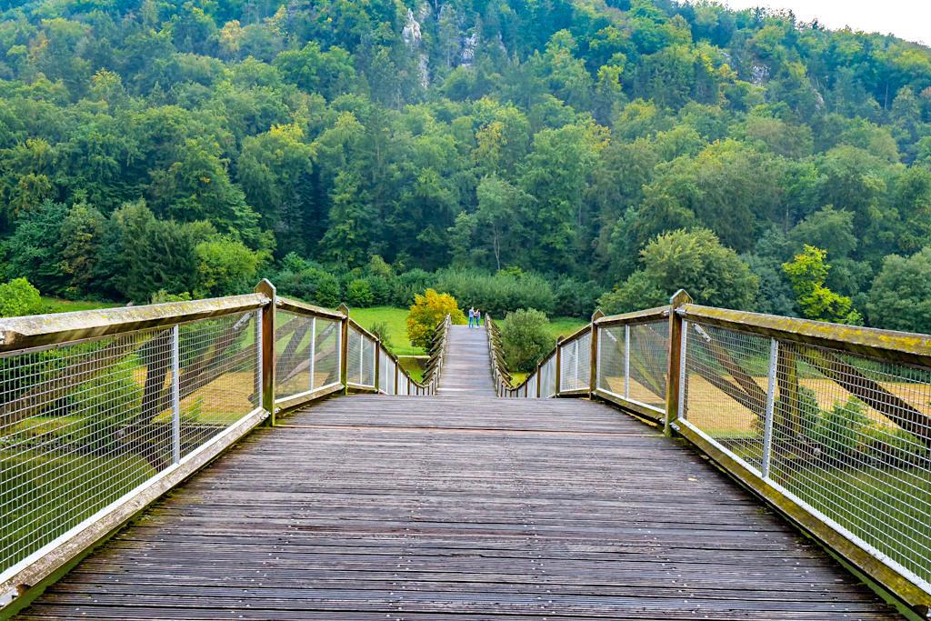 Essing: eine der längsten Holzbrücke Europas mit ungewöhnlicher Baukonstruktion liebevoll Tatzelwurm genannt - Altmühltal, Bayern