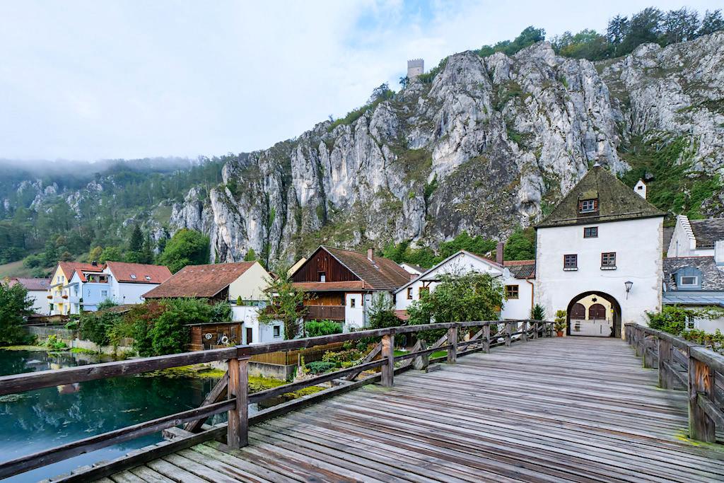Markt Essing: Ort mit der spektakulärsten Kulisse im Altmühltal - Altes Tor & Felswand - Bayern