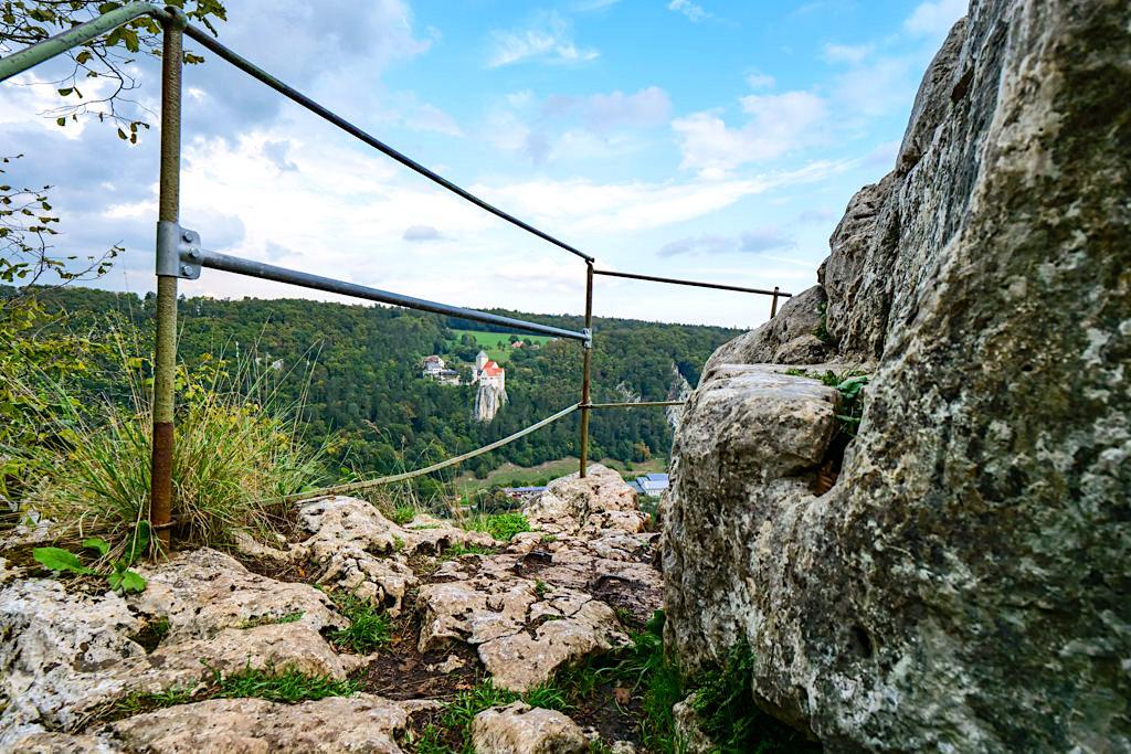 Altmühltal Klamm Wanderung - Aussichtsplattform mit genialem Blick auf Schloss Prunn & Main-Donau-Kanal - eines der Highlights dieser Rundwanderung von Riedenburg nach Prunn - Bayern