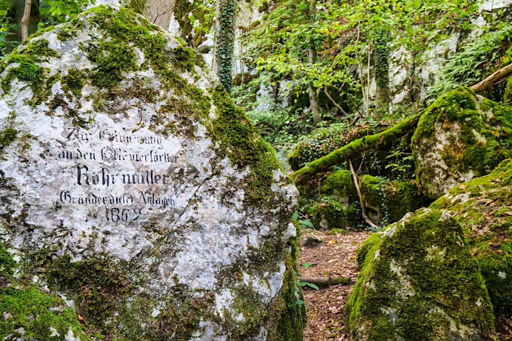 Wunderschöne Klamm-Wanderung bei Riedenburg / Prunn - Gedenkstein für Initiator dieser Klammwanderung - Altmühltal, Bayern