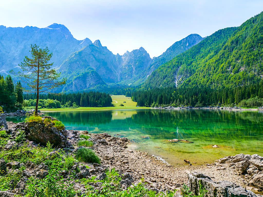 Laghi di Fusine - Kristallklare, farbenfroh leuchtende Seen, grüne Wälder & faszinierende Bergkulisse - Tarvisio, Italien