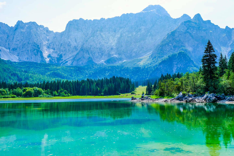 Lago di Fusine Superiore - Grandioser Ausblick auf See, Wälder & Mangart Bergkette - Tarvisio, Italien