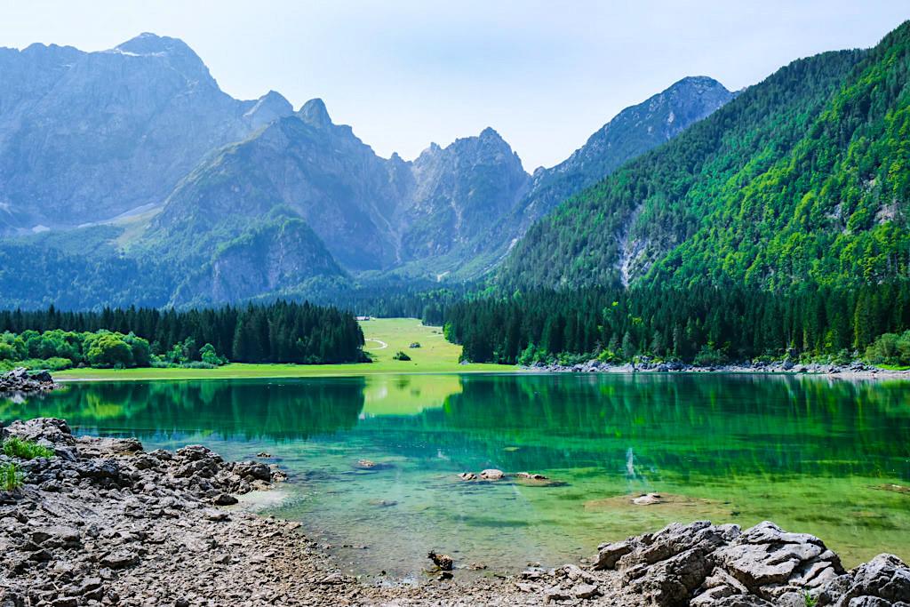 Lago di Fusine Superiore - Ausblick auf den Oberen Weißenfelser See & die Mangart Bergkette - Tarvisio, Italien