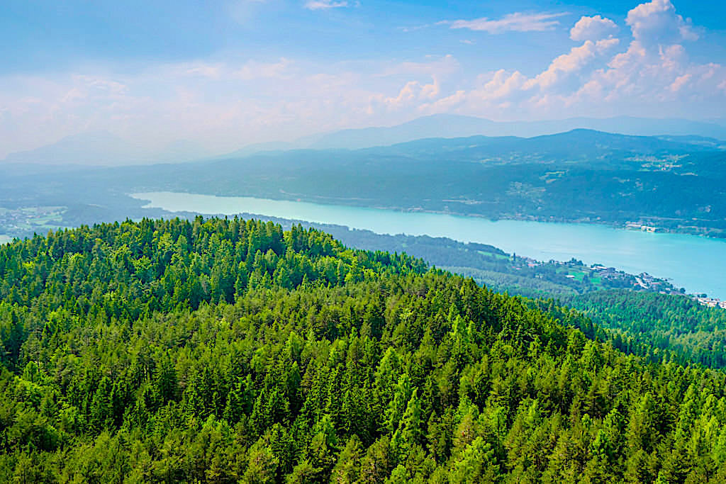 Pyramidenkogel Aussichtsturm - Ausblick nach Westen über den Wörthersee bis nach Velden - Kärnten, Österreich