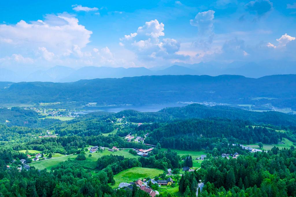 Pyramidenkogel Aussichtsturm - Ausblick auf Keutschach, Keutschacher See & Berglandschaften - Kärnten, Österreich