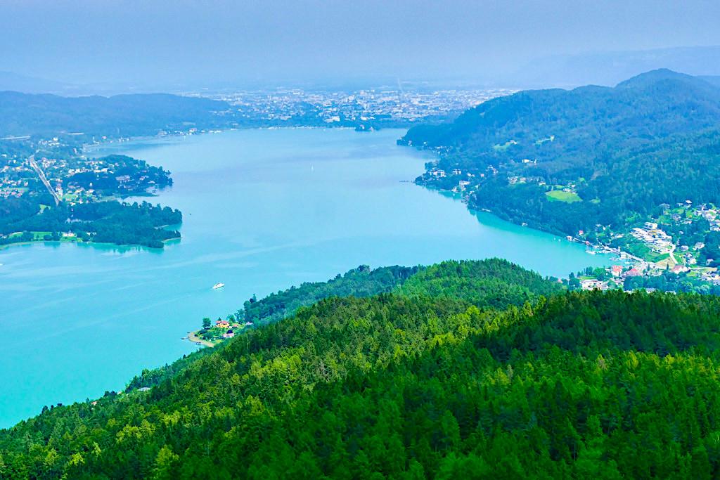 Pyramidenkogel Aussichtsturm - Ausblick Richtung Osten über Reifnitz, den schönen Wörthersee bis über Klagenfurt hinaus - Kärnten, Österreich