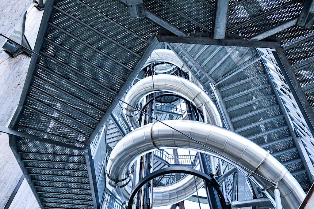 Pyramidenkogelturm - Stahlrutsche führt spiralförmig nach unten & wurde von Hanno Kautz entworfen und gebaut - Kärnten, Österreich