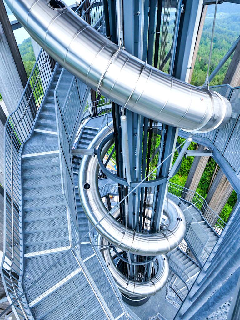 Pyramidenkogel Aussichtsturm - 120 m lange Spiralrutsche führt 52 m in die Tiefe nach unten - Kärnten, Österreich