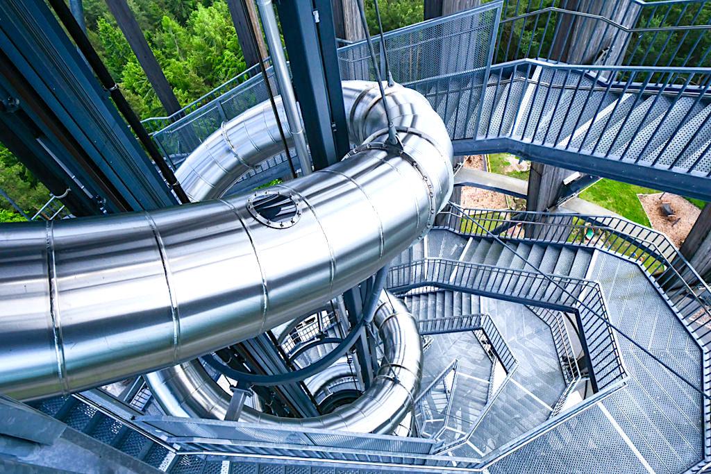Aussichtsturm Pyramidenkogel - 441 Treppenstufen oder ein Panoramalift führt hinauf zu den Aussichtsplattformen - Kärnten, Österreich