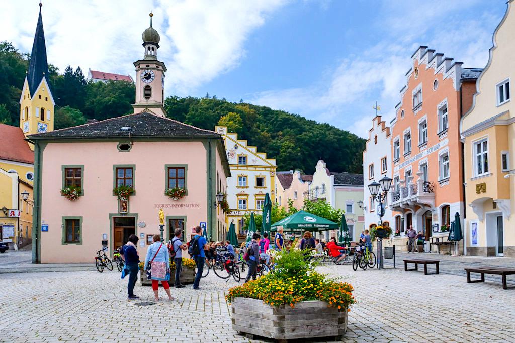 Pittoreskes Riedenburg: Marktplatz mit herrlich restaurierten Häusern & Touristeninformation - Altmühltal, Bayern