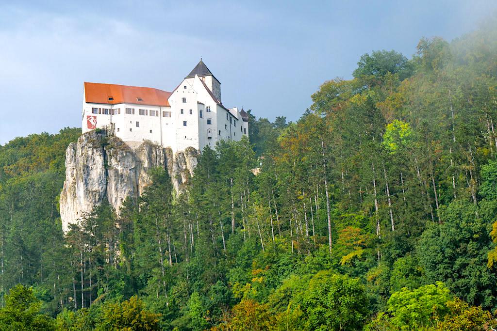 Schloss Prunn vom Flussufer bei der Kapelle in Einthal gesehen - Altmühltal, Bayern