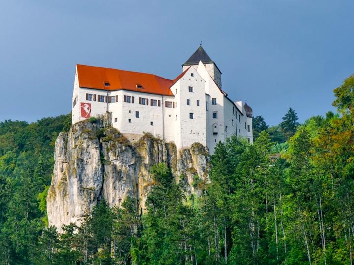Schloss Prunn: Inbegriff einer Ritterburg und eine der besterhaltenen Burgen mit toller Burgführung - Altmühltal Highlight - Bayern