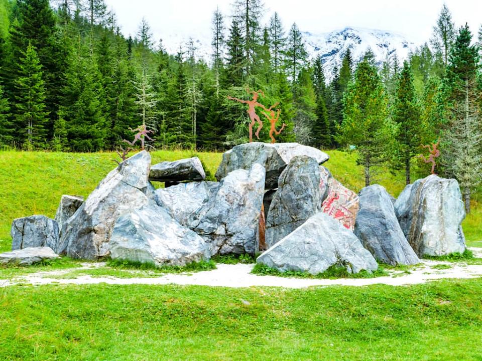 Silva Magica - Faszinierender Felsendom: er ist der erste Blickfang dieses Skulpturen-Gartens - Nockalmstraße in Kärnten - Österreich