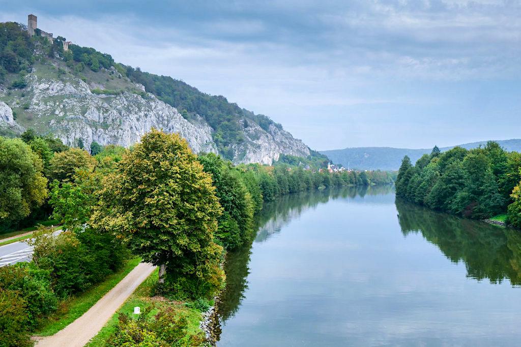 Tazelwurm-Holzbrücke bei Essing - Ausblick auf den friedlich, stillen Main-Donau-Kanal - Altmühltal, Bayern