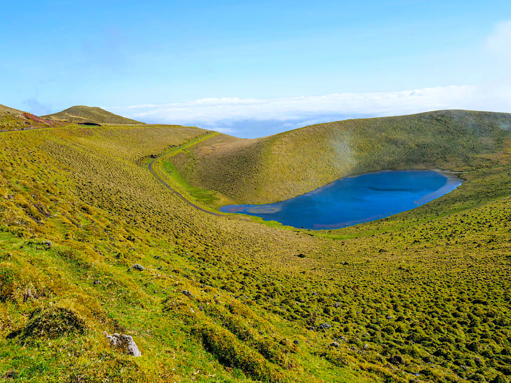 Wunderschönes Hochland von Pico mit seinen Highlights: tiefblaue Kraterseen, herrlich grüne Vulkanlandschaften, grandiose Ausblicke - Azoren