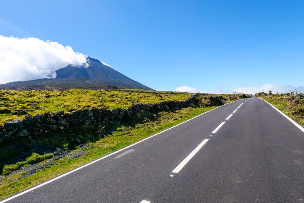Hochland von Pico - die Regionalstraße ER3 ist ein Highway mit Blick auf den Pico Alto - Azoren