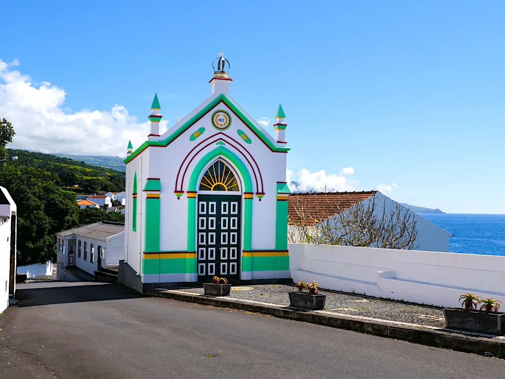 Herausragend schönes, buntes Império Espirito Santo & Heilig-Geist-Kiche in Sao Joao - Pico, Azoren