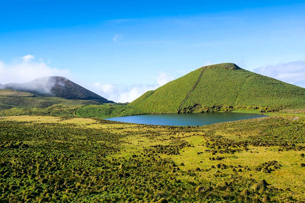 Tiefblauer Lagoa Peixinho - Ausblick auf Kratersee & Hügel - Hochland von Pico, Azoren