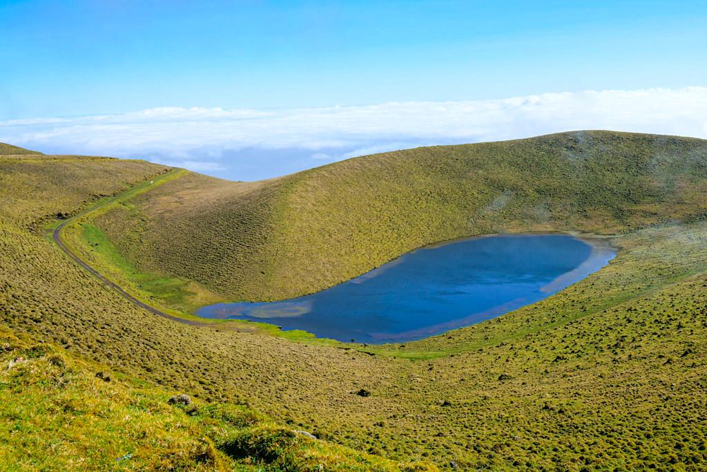 Ausblick auf den wunderschön gelegenen Lagoa Rosada - Traversal im Hochland von Pico, Azoren
