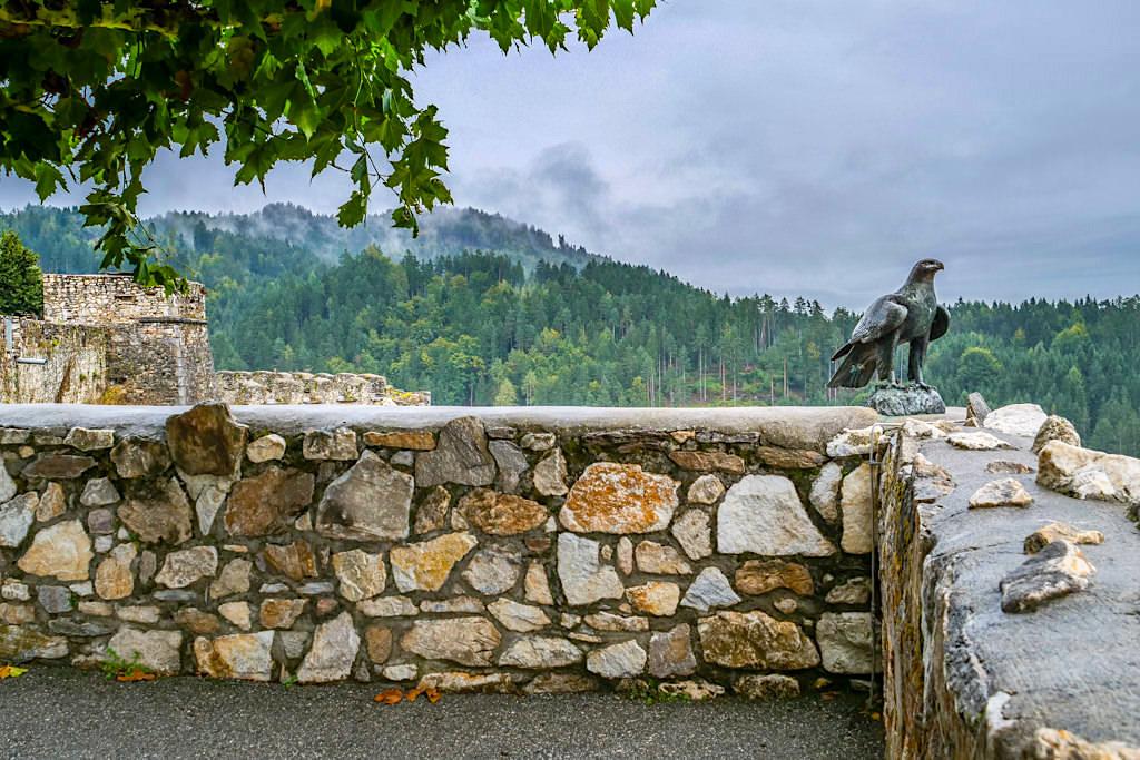 Adlerarena & Greifvogelpark auf der Burg Landskron - Ausblick in umliegende Bergwelt - Kärnten, Österreich