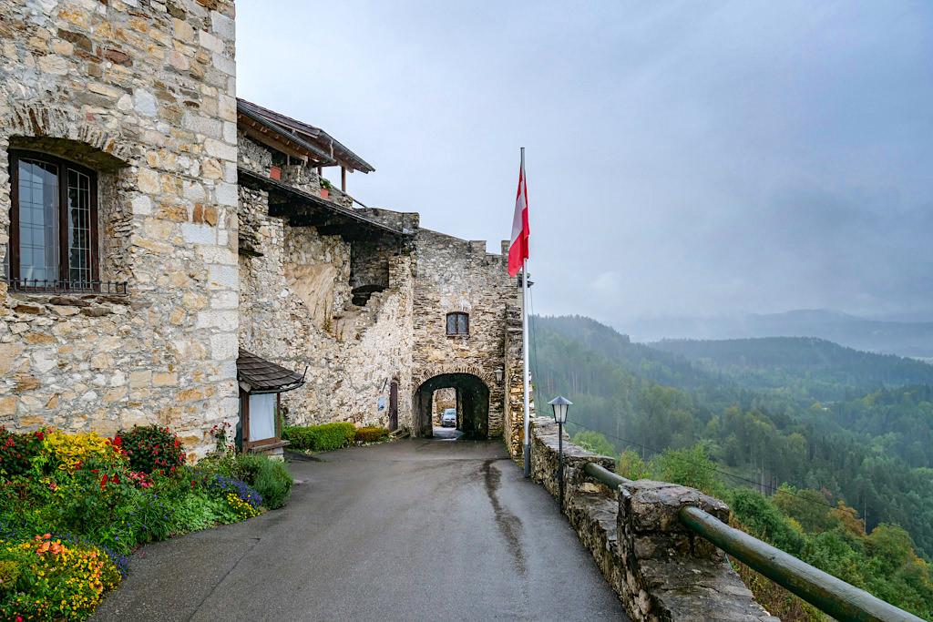 Burg Landskron hoch über dem Ossiacher See - Eingangstor mit Blick auf die Berge - Kärnten, Österreich