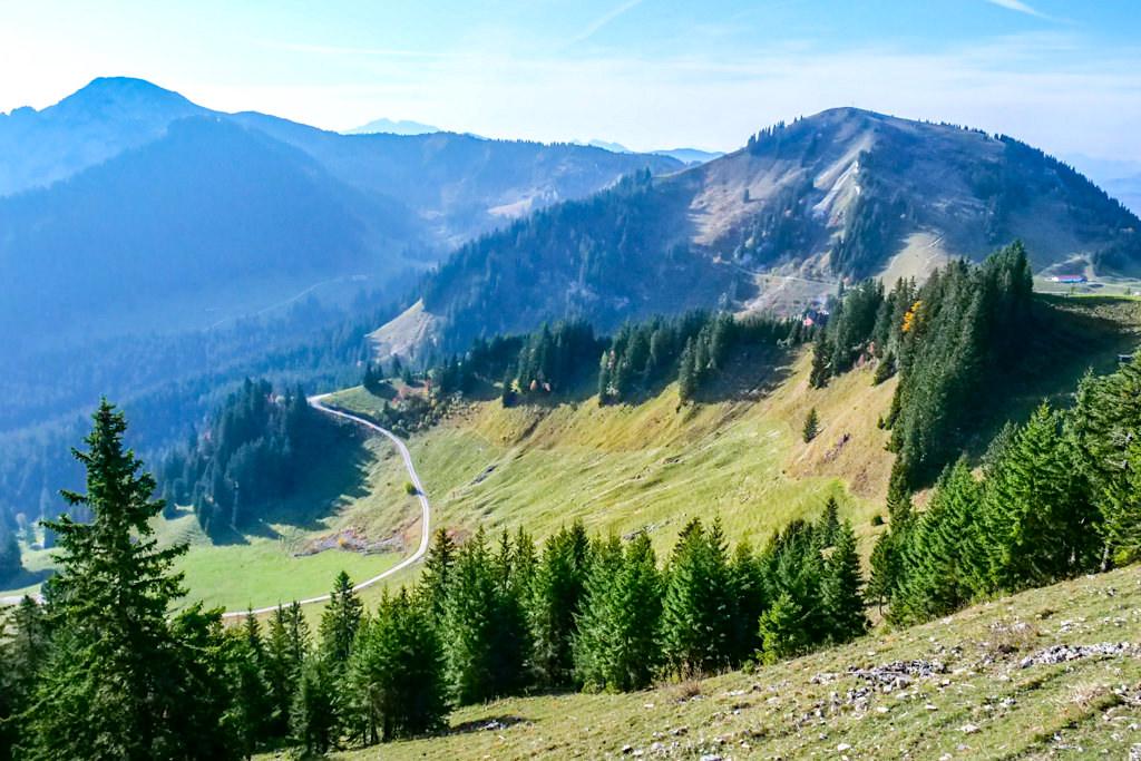 Schöne Risserkogel Rundwanderung - von der Suttenbahn über die Almstrasse zum Wallberghaus und über den Westgrat zum Gipfel - Tegernsee, Bayern