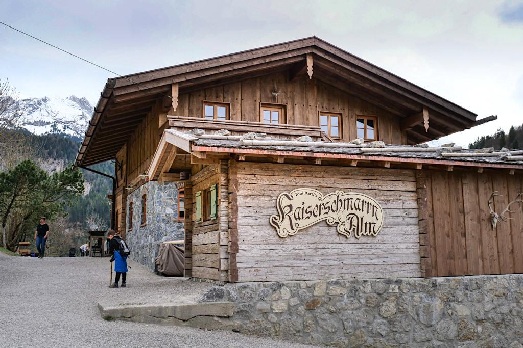 Die einladende Kaiserschmarrn-Alm liegt direkt am Weg beim Aufstieg zum Eisernen Steg - Partnachklamm - Garmisch-Partenkirchen, Bayern