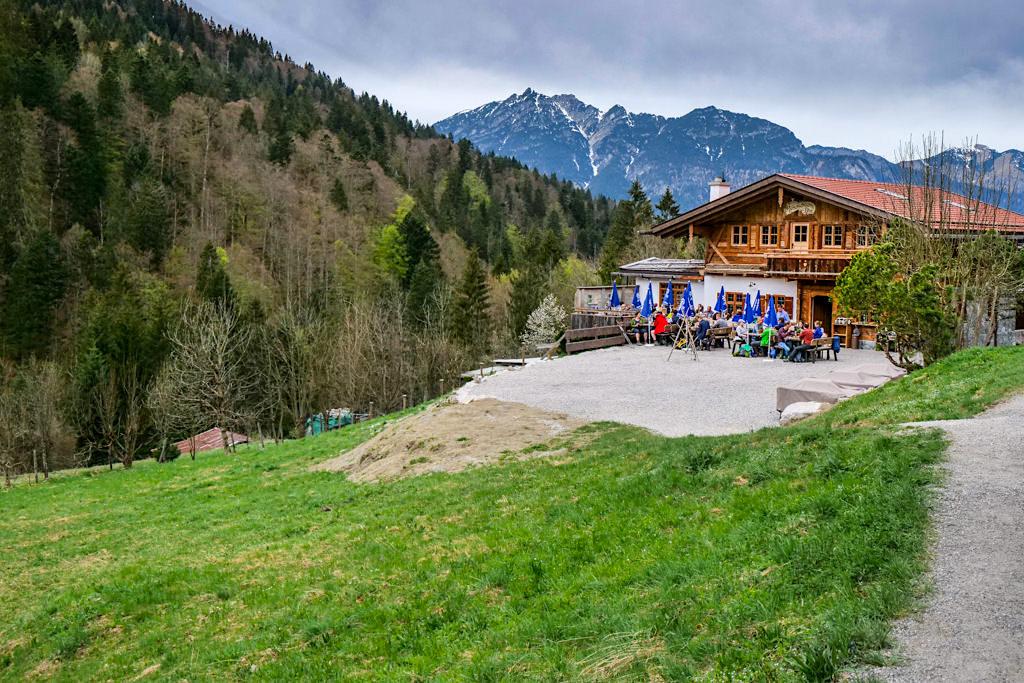 Einladend schöne Kaiserschmarrn-Alm - Partnachklamm Wanderung auf dem Weg zum Eckbauer Gipfel - Bayern