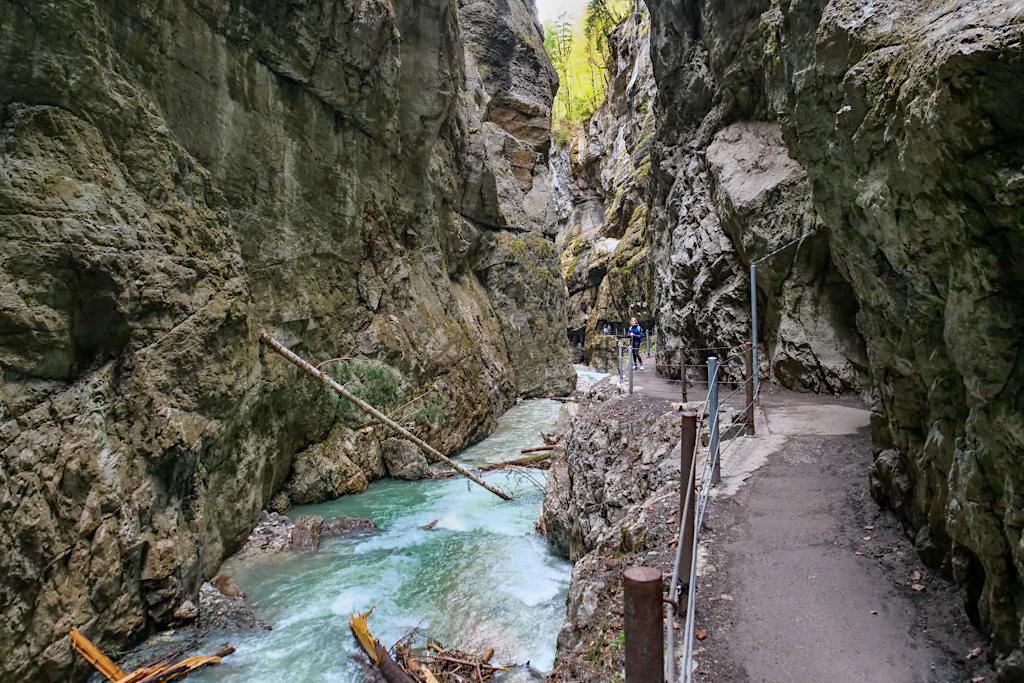 Wildbach Partnach reißt Schwemmholz mit sich durch die Schlucht - Garmisch-Partenkirchen, Bayern