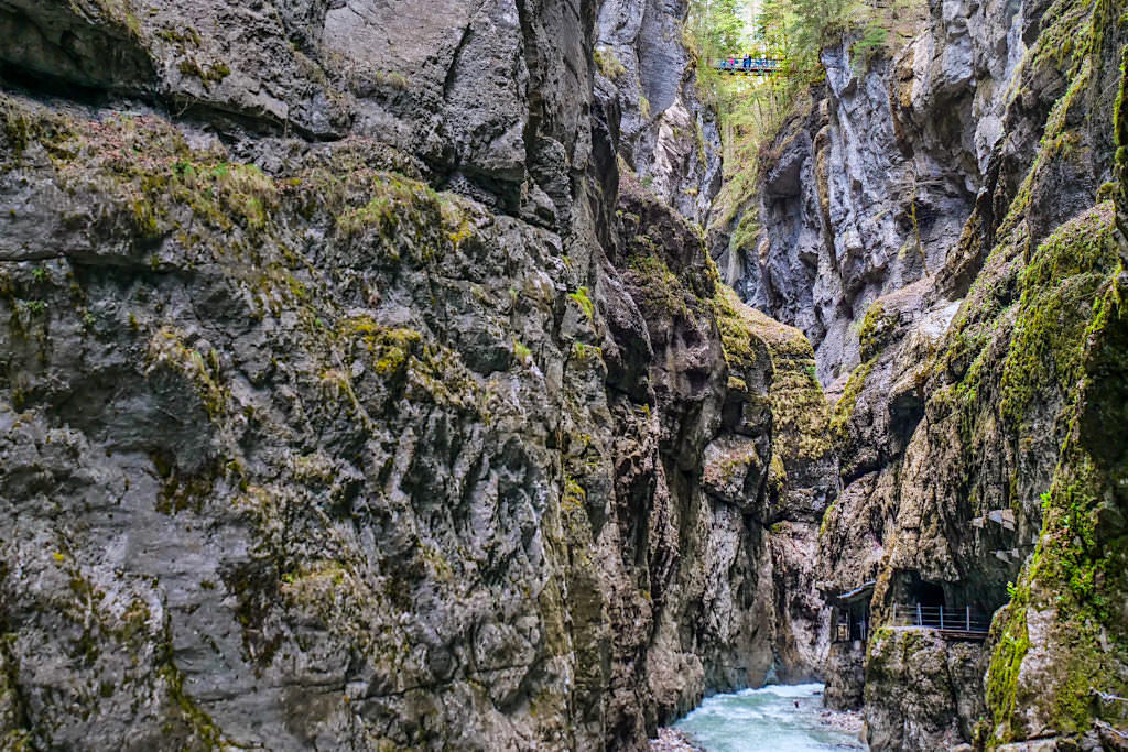 Partnachklamm - Ausblick hinauf zum Eisernen Steg, der die Schlucht überspannt - Bayern