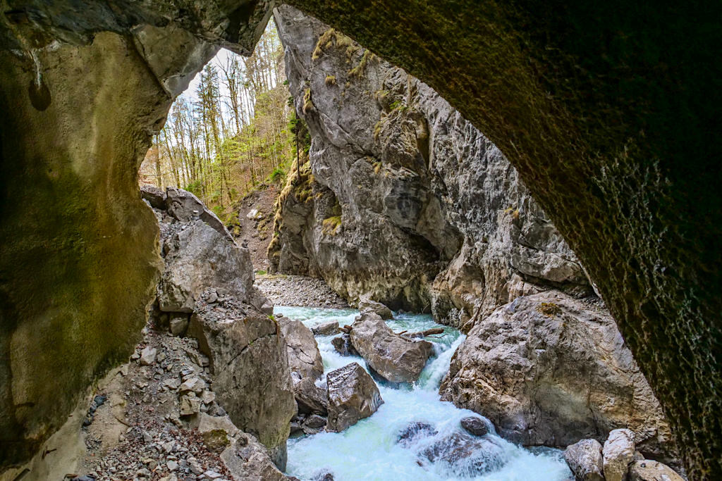 Faszination Partnachklamm - Felsbogen: wie ein Naturfenster mit Blick auf das Südende der Schlucht - Bayern