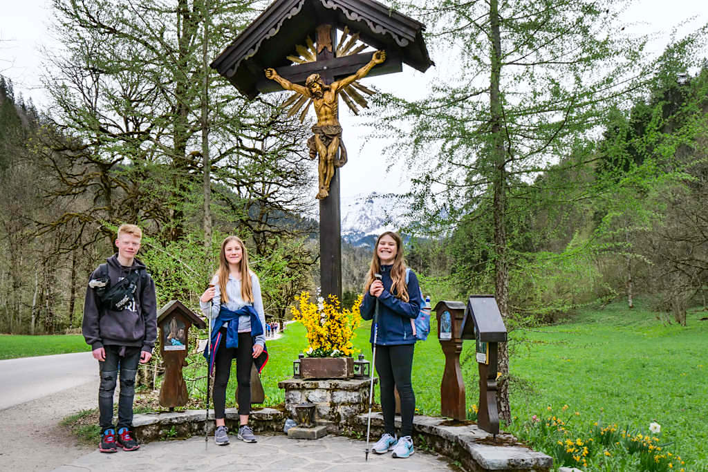 Partnachklamm Zustieg - Kreuz mit Gedenktafeln in der Wildenau - Bayern